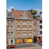 Faller 130448 Emeletes városi ház Allianz biztosítóval és fűszeressel