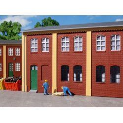 Auhagen 80506 Dekorlap, téglafal ablaknyílásokkal, 2323A/2323B, vörös
