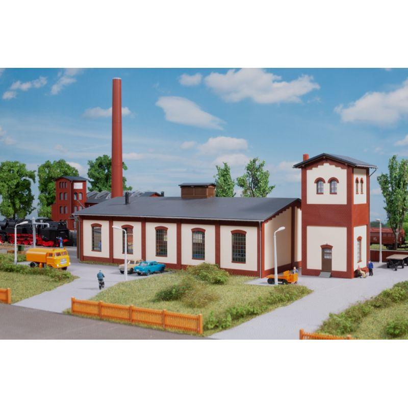 Auhagen 13342 Fűtőház víztoronnyal, kétsínes